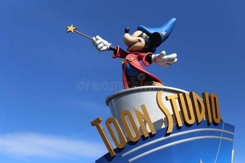 Estúdio de Disney em Disneylândia Paris, com uma estátua de Mickey como um feiticeiro imagem de stock
