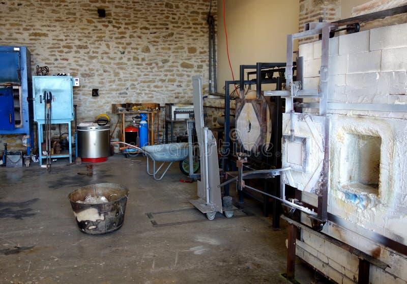 Estúdio de Glassblowing com o cadinho em França fotos de stock
