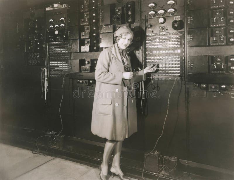 Estúdio de gravação do som em 1930 s da monitoração da mulher imagem de stock royalty free
