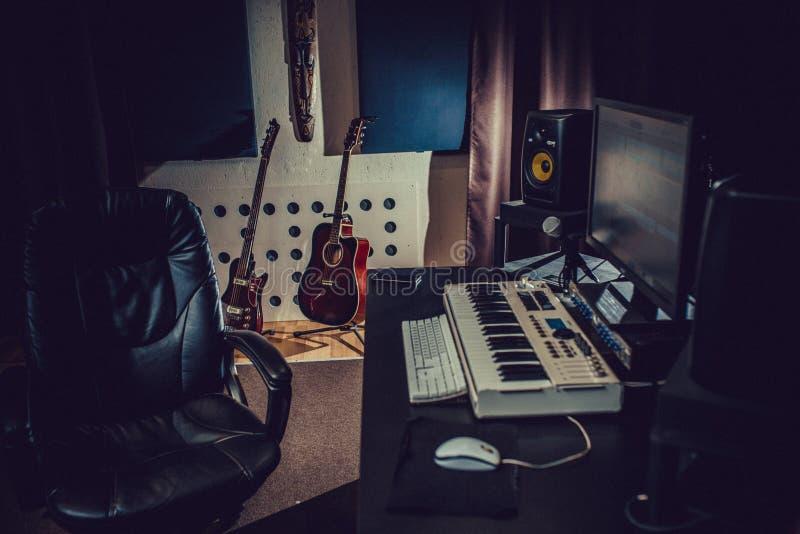 estúdio de gravação guitarras, sintetizador, monitores foto de stock royalty free
