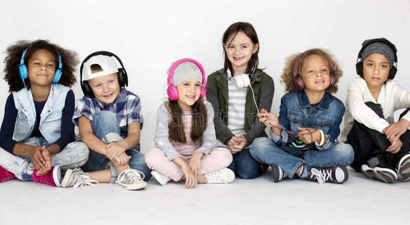 Estúdio de sorriso PortraitConcept das crianças diversas fotografia de stock