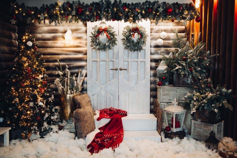 Estúdio decorado para o feriado do Natal com portas no centro foto de stock