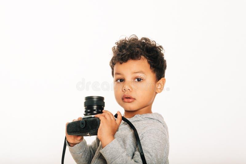 Estúdio disparado da câmera africana adorável da terra arrendada do menino da criança fotos de stock