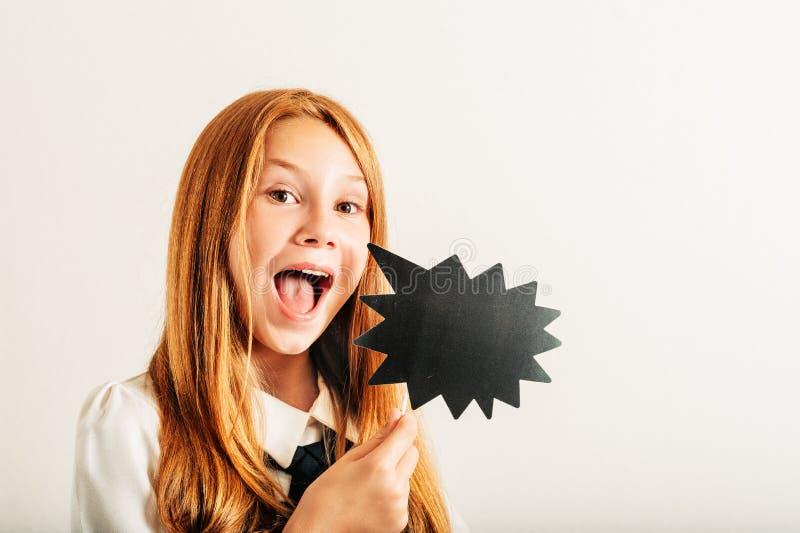 Estúdio disparado da menina ruivo nova da criança que guarda a bolha do discurso do papel foto de stock