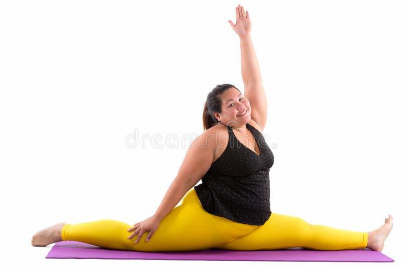 Estúdio disparado da mulher asiática gorda feliz nova que sorri e que cospe imagens de stock