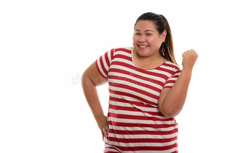 Estúdio disparado da mulher asiática gorda feliz nova que sorri e que olha m imagens de stock royalty free