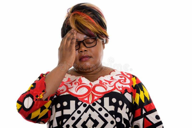 Estúdio disparado da mulher gorda forçada do africano negro que tem a dor de cabeça imagens de stock