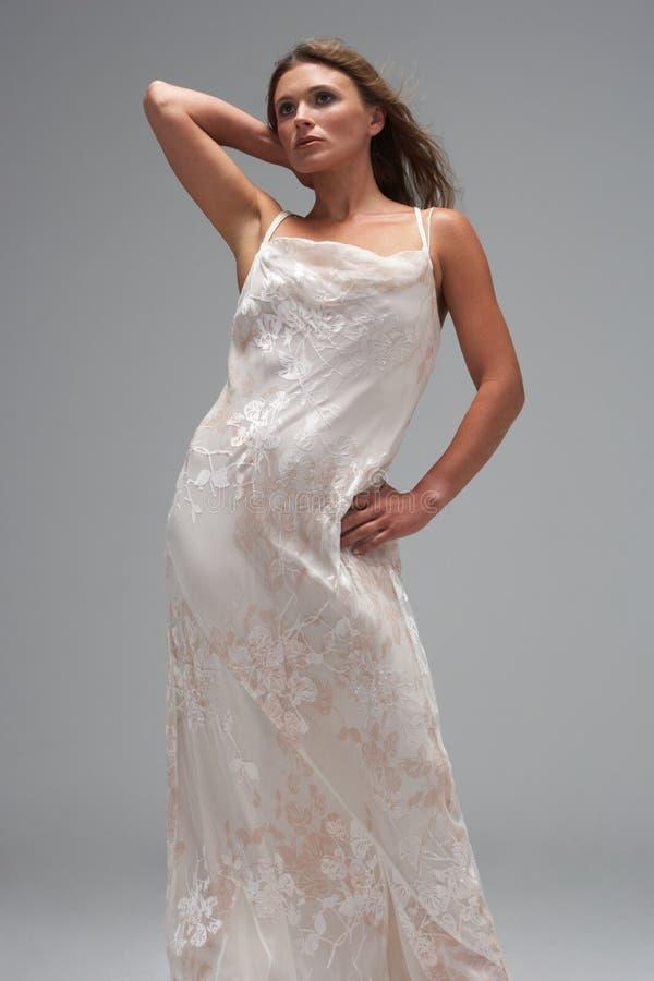 Estúdio disparado da mulher nova no vestido de noite imagem de stock royalty free
