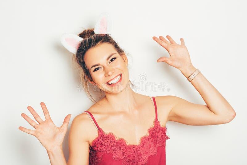 Estúdio disparado das orelhas vestindo do coelho da jovem mulher bonita imagem de stock