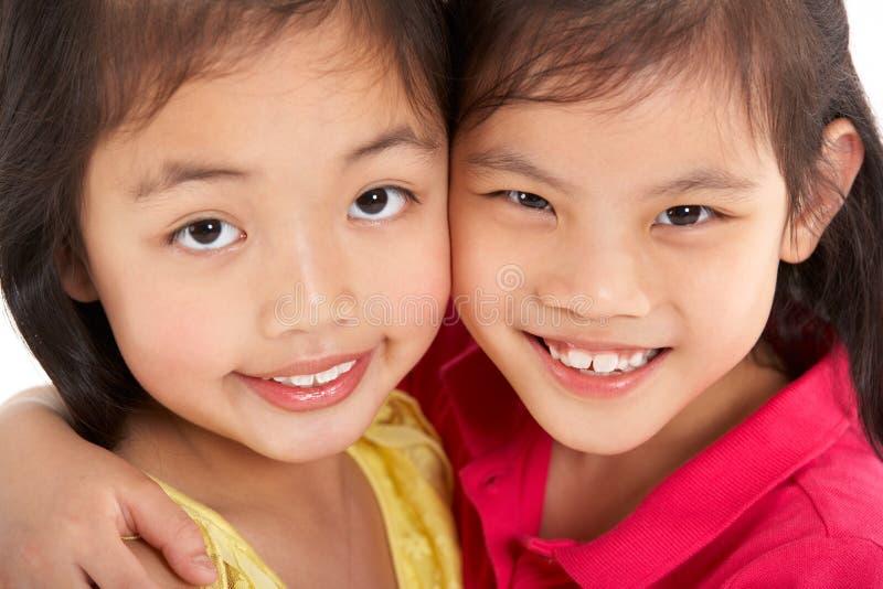 Estúdio disparado de duas meninas chinesas fotografia de stock royalty free
