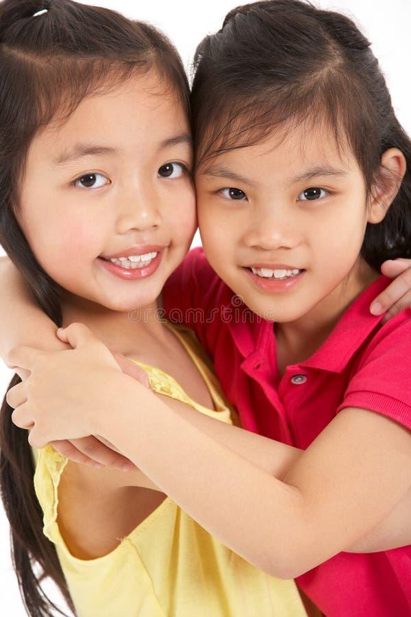 Estúdio disparado de duas meninas chinesas foto de stock royalty free