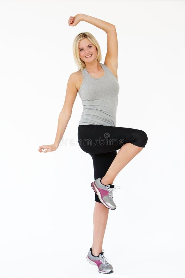 Estúdio disparado de exercitar a mulher imagem de stock