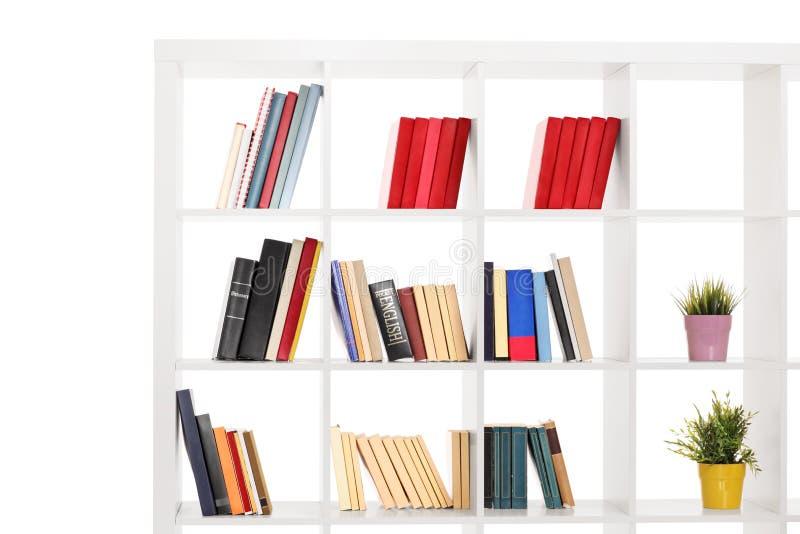 Estúdio disparado de uma estante de madeira branca foto de stock royalty free