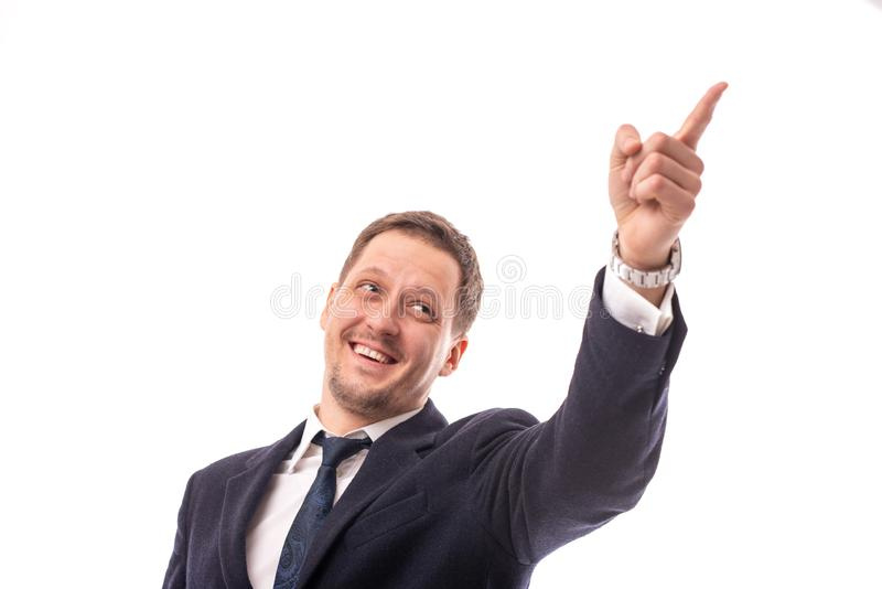 Estúdio disparado de uma obscuridade vestindo do homem de negócios masculino novo - o casaco azul prova algo mostrando seu indica foto de stock royalty free