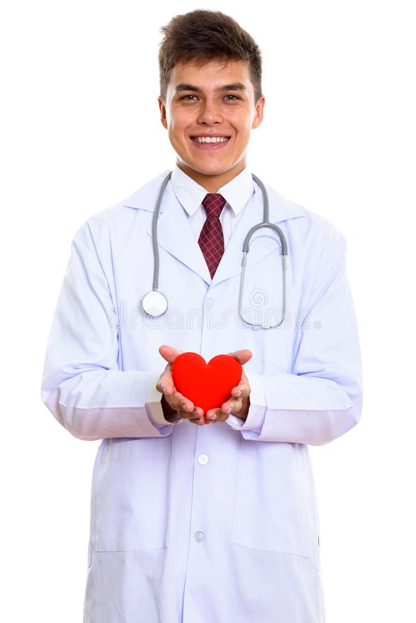 Estúdio disparado do doutor feliz novo do homem que sorri ao guardar o vermelho foto de stock royalty free