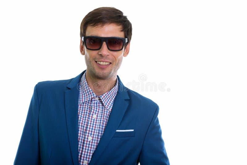 Estúdio disparado do homem de negócios feliz novo que sorri ao vestir o sol fotos de stock