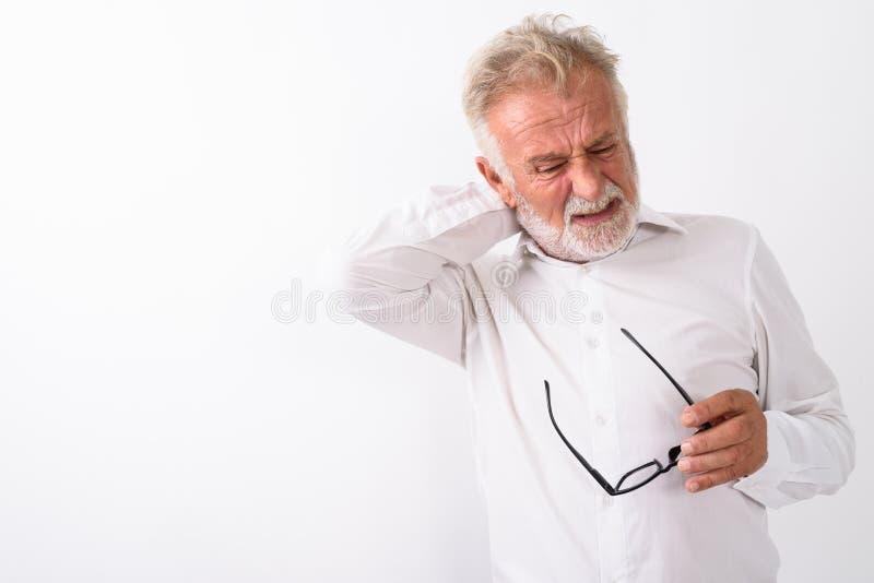 Estúdio disparado do homem farpado superior forçado que tem o whil da dor de pescoço imagens de stock royalty free