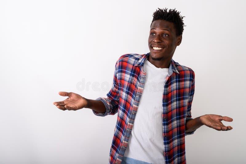 Estúdio disparado do looki de sorriso do quando do homem feliz novo do africano negro foto de stock royalty free