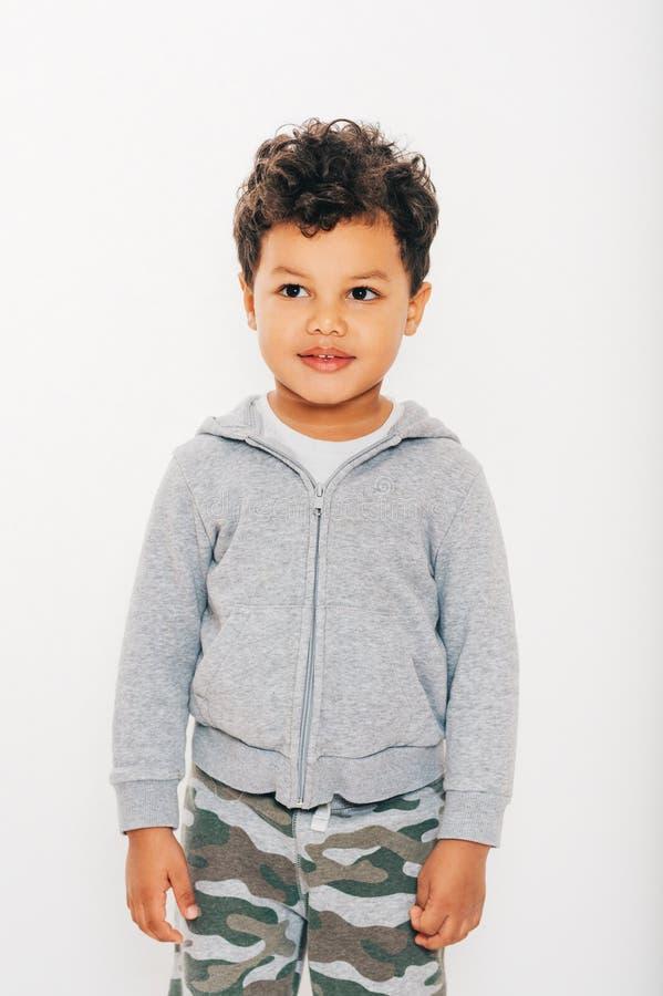 Estúdio disparado do menino africano considerável da criança que veste hoody cinzento imagens de stock
