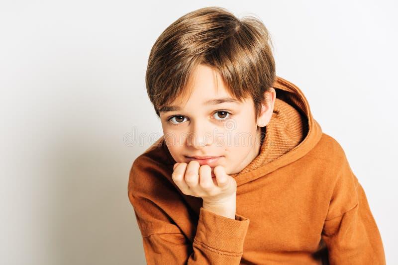 Estúdio disparado do menino considerável da criança de 10 anos com cabelo louro, fotos de stock