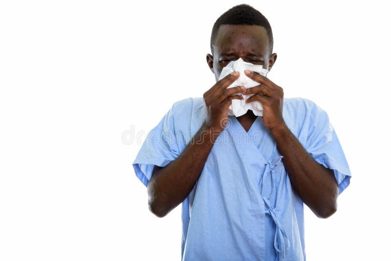 Estúdio disparado do paciente novo do homem do africano negro que funde seu nariz fotografia de stock royalty free