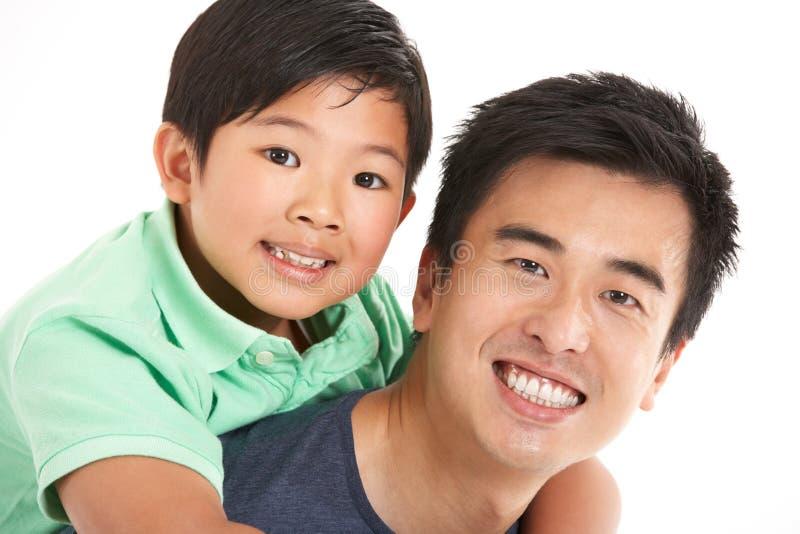 Estúdio disparado do pai e do filho chineses fotografia de stock