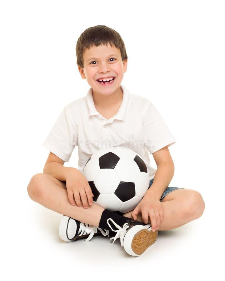 Estúdio do menino do futebol isolado foto de stock