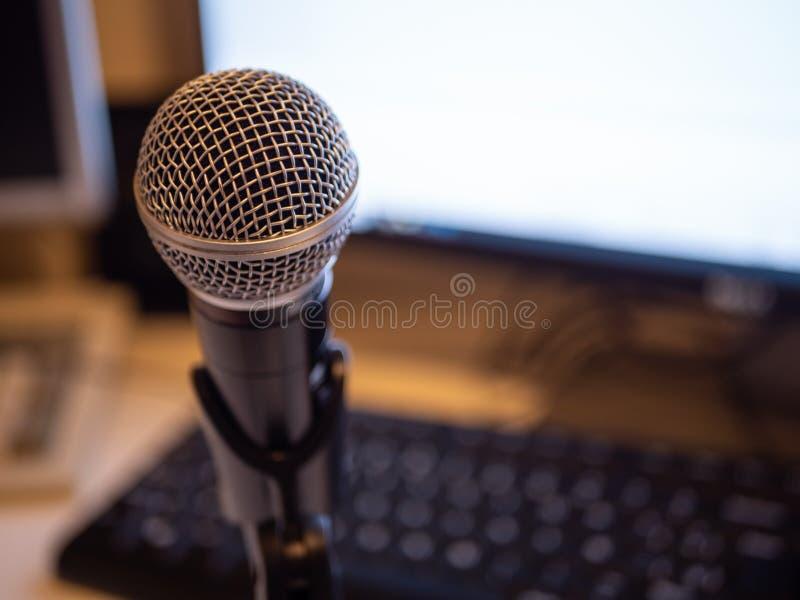 Estúdio do Podcast: computador e microfone fotografia de stock royalty free