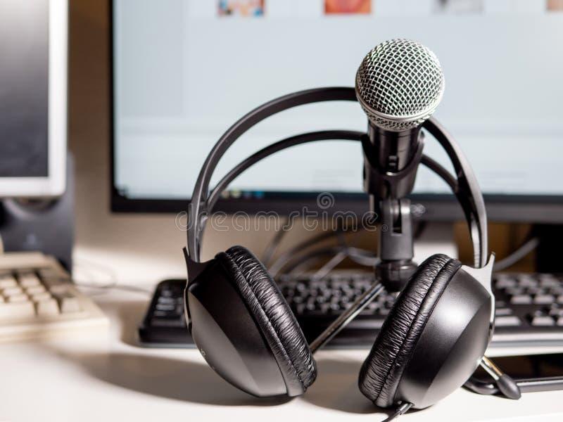 Estúdio do Podcast: Microfone com fones de ouvido e computadores imagem de stock royalty free