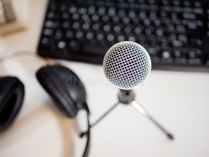 Estúdio do Podcast: microfone, computador e móbil fotografia de stock royalty free