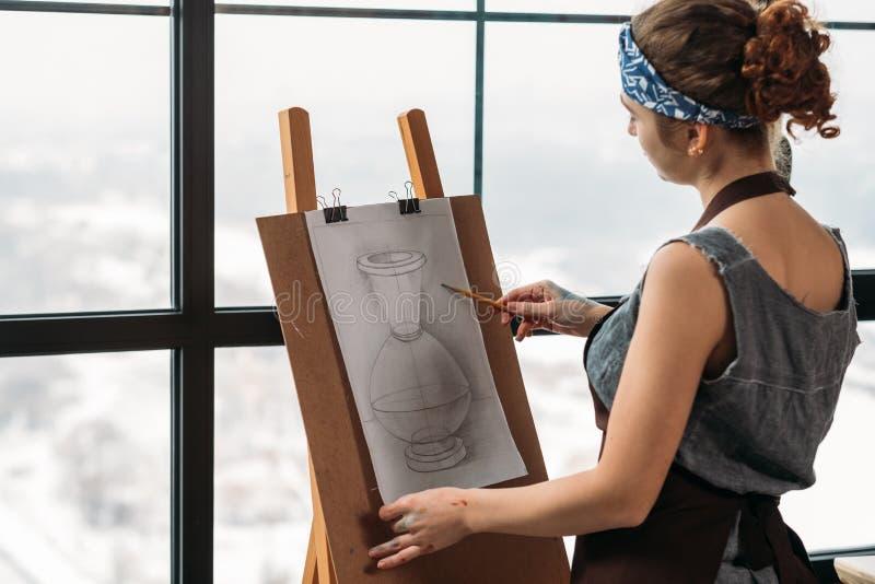Estúdio do vaso do esboço do desenho da jovem senhora da classe de arte foto de stock royalty free