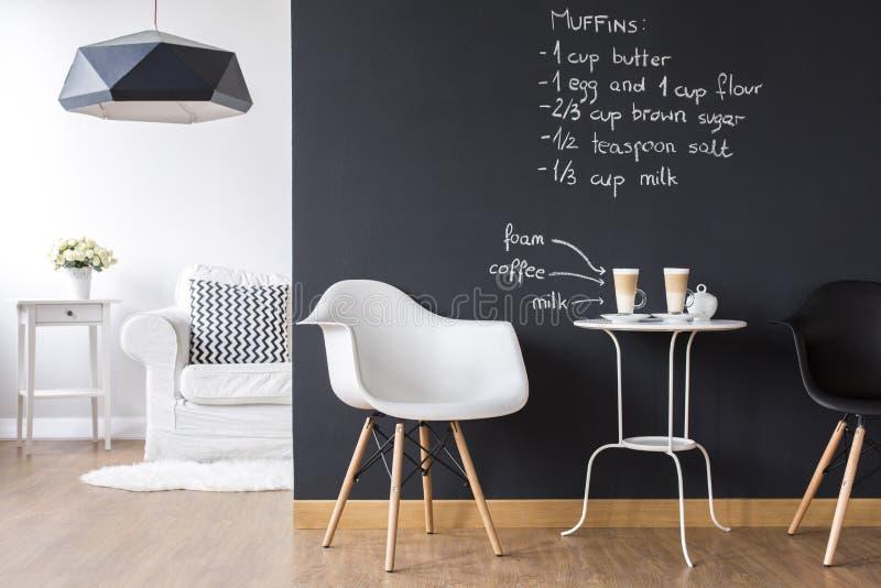 Estúdio liso com parede do quadro-negro fotografia de stock royalty free