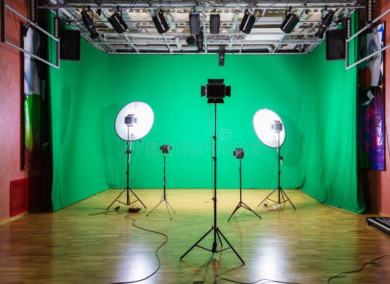 Estúdio para filmes Tela verde A chave do croma Equipamento de iluminação no pavilhão fotografia de stock royalty free