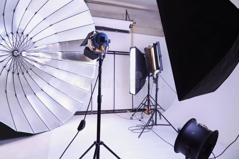 Estúdio vazio da foto com equipamento de iluminação moderno imagem de stock