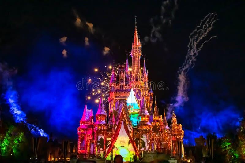 Est heureusement pour toujours les feux d'artifice spectaculaires montrent au château de Cendrillon dans le royaume magique 10 photos stock