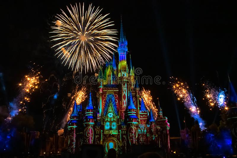 Est heureusement pour toujours les feux d'artifice spectaculaires montrent au château de Cendrillon dans le royaume magique 3 photos stock