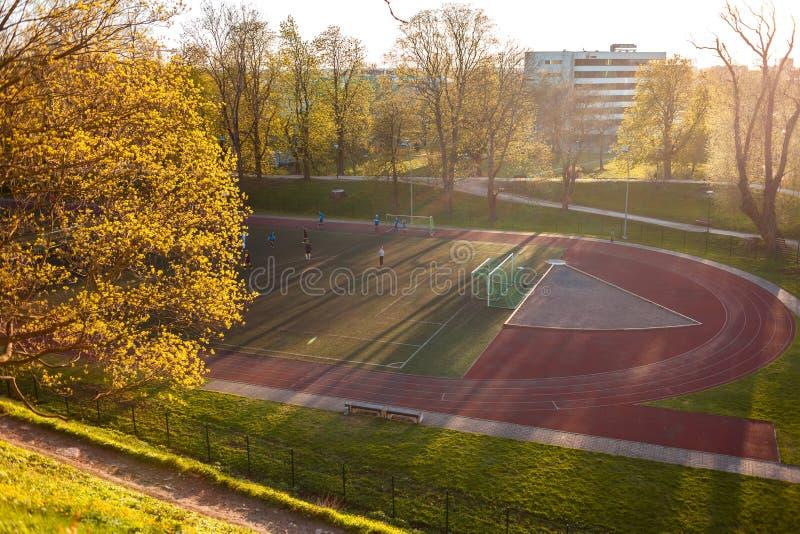 Estônia, Tallinn - 6 de maio de 2016: Treinamento júnior da equipa de futebol no estádio imagens de stock