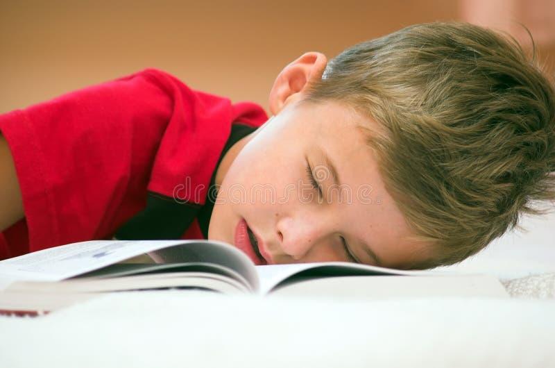 Est tombé en sommeil après l'étude? photographie stock libre de droits