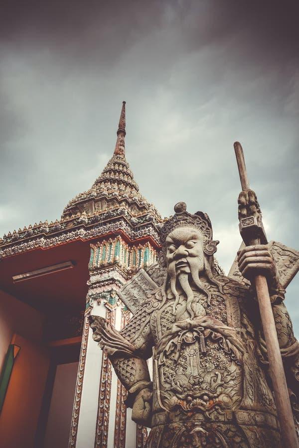 Est?tua chinesa do protetor em Wat Pho, Banguecoque, Tail?ndia fotografia de stock