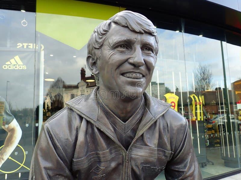 Est?tua comemorativa de Graham Taylor OBE, gerente anterior do clube do futebol de Watford, est?dio da estrada do vicariato, Watf imagem de stock