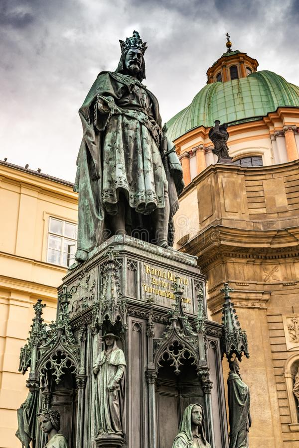 Est?tua de bronze do rei checo Charles Iv In Prague, Rep?blica Checa fotos de stock