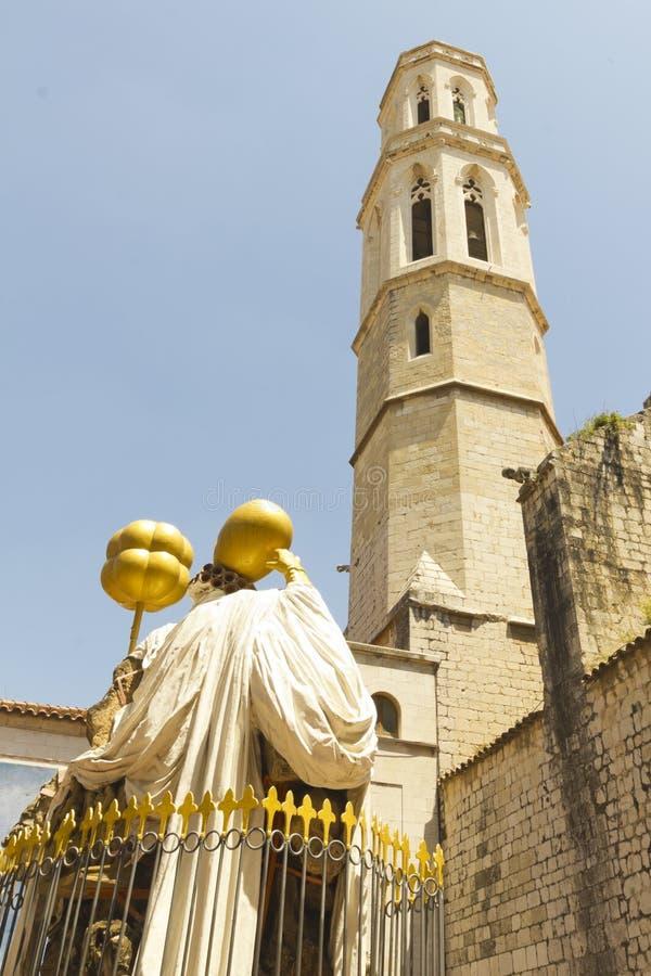 Est?tua de Dali que enfrenta a catedral em Figueres Dali Museum foi aberta 1974 e a coleção a maior das casas dos trabalhos por S imagem de stock