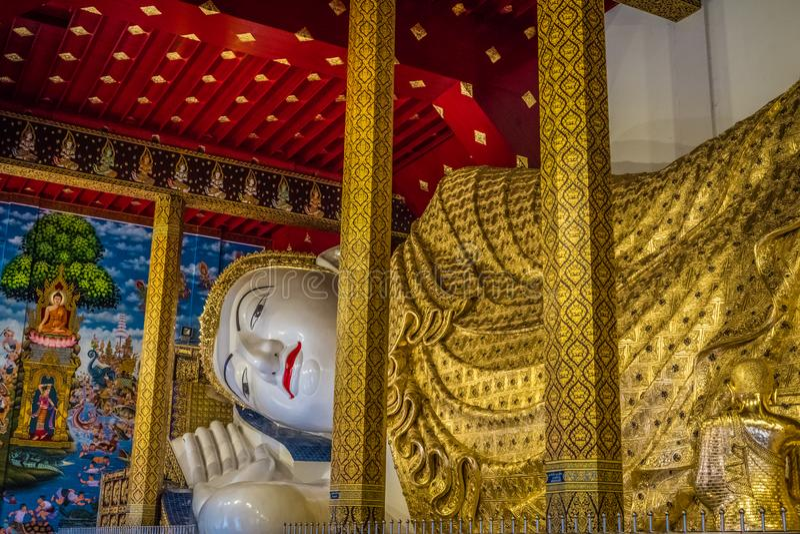 A est?tua a mais grande da Buda de Tail?ndia ?Wat Den Salee Sri Muang Gan nomeado templo Wat Ban Den ? fotografia de stock