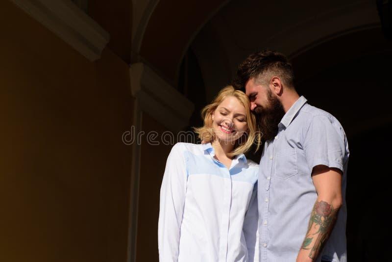 Est vous aimer ce que je fais Couples heureux dans l'amour D'homme d'étreinte fille barbue assez La femme et l'homme sexy appréci photo stock