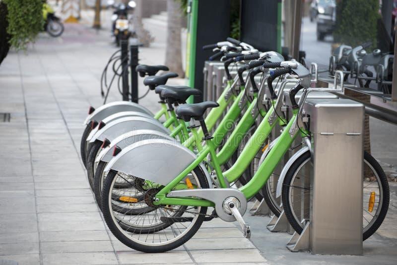 Estação alugado da bicicleta no estacionamento público na cidade fotografia de stock