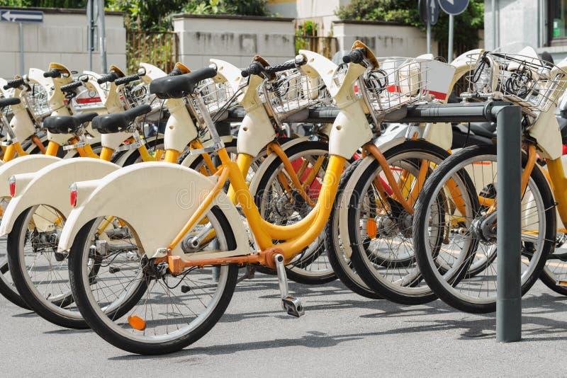 Estação alugado da bicicleta no estacionamento público da rua da cidade imagem de stock