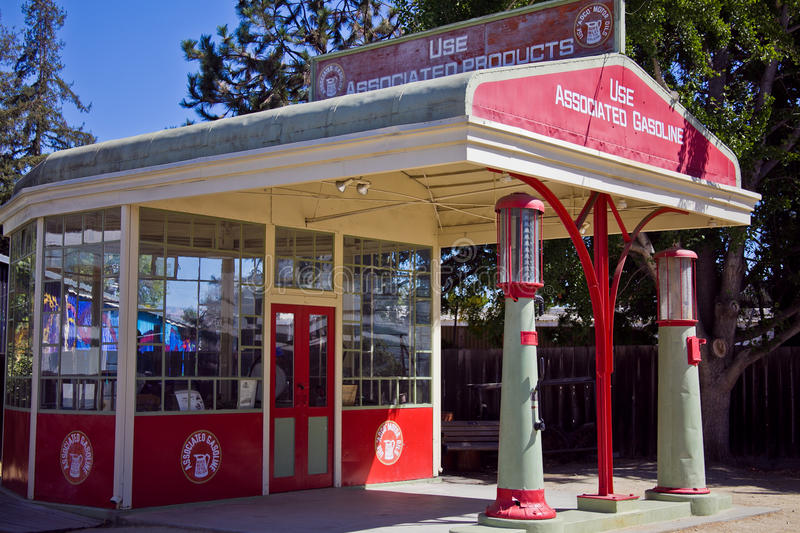 Estação associada velha do serviço da gasolina fotografia de stock
