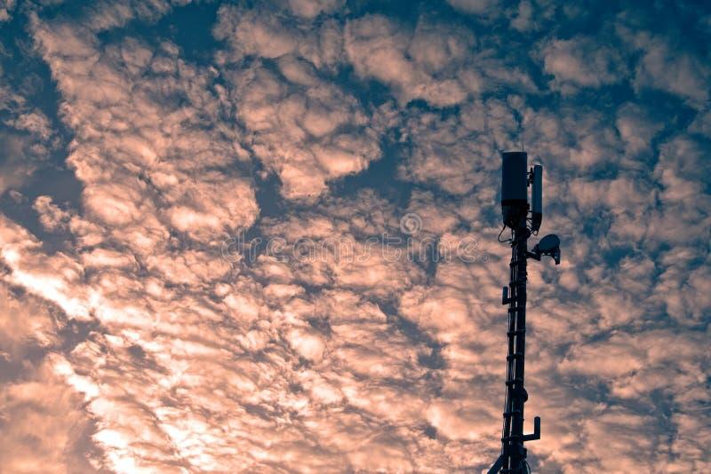 Estação base do telefone celular contra o céu dramático fotografia de stock royalty free