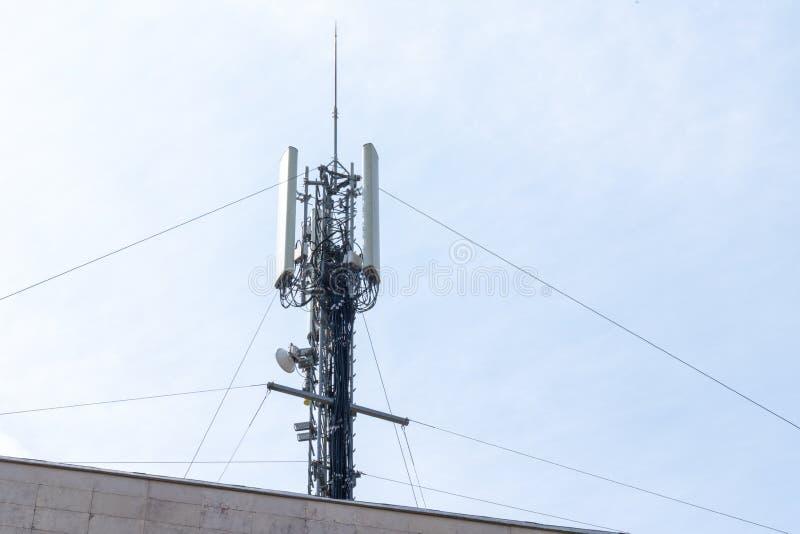 Estação da antena do relé do telefone da torre de comunicação celular fotos de stock royalty free