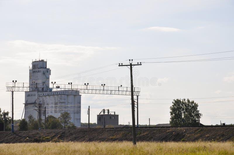Estação da corrente elétrica o no prado verão Edifício imagem de stock royalty free